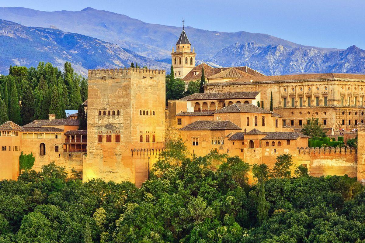 Blick auf die Stadtburg Alhambra in Granada im Süden Spaniens; die prachtvolle Burg zählt seit 1984 zum Weltkulturerbe der UNESCO, Spanien - © S.Borisov / Shutterstock