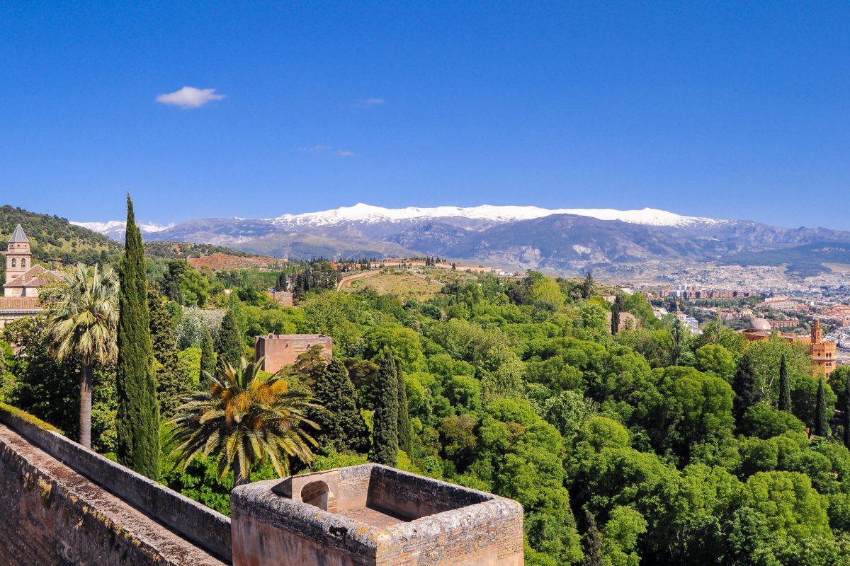 Blick von der Burg Alhambra über die Stadt Granada zu den schneebedeckten Bergen der Sierra Nevada, Spanien - © Elena11 / Shutterstock