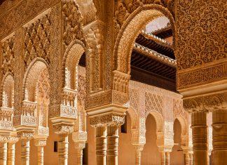 Die Bögen im Löwenhof der Alhambra haben keine Stützfunktion, sondern sind ein rein dekoratives Element, Granada, Spanien - © JoseIgnacioSoto/Shutterstock
