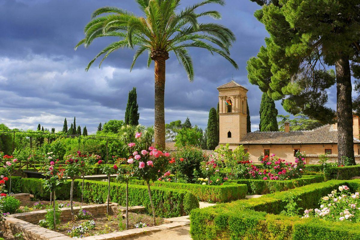 Die prachtvolle Gartenanlage der Alhambra ist mit den Nasridenpalästen das Herzstück der Alhambra in Granada, Spanien - © nito / Shutterstock