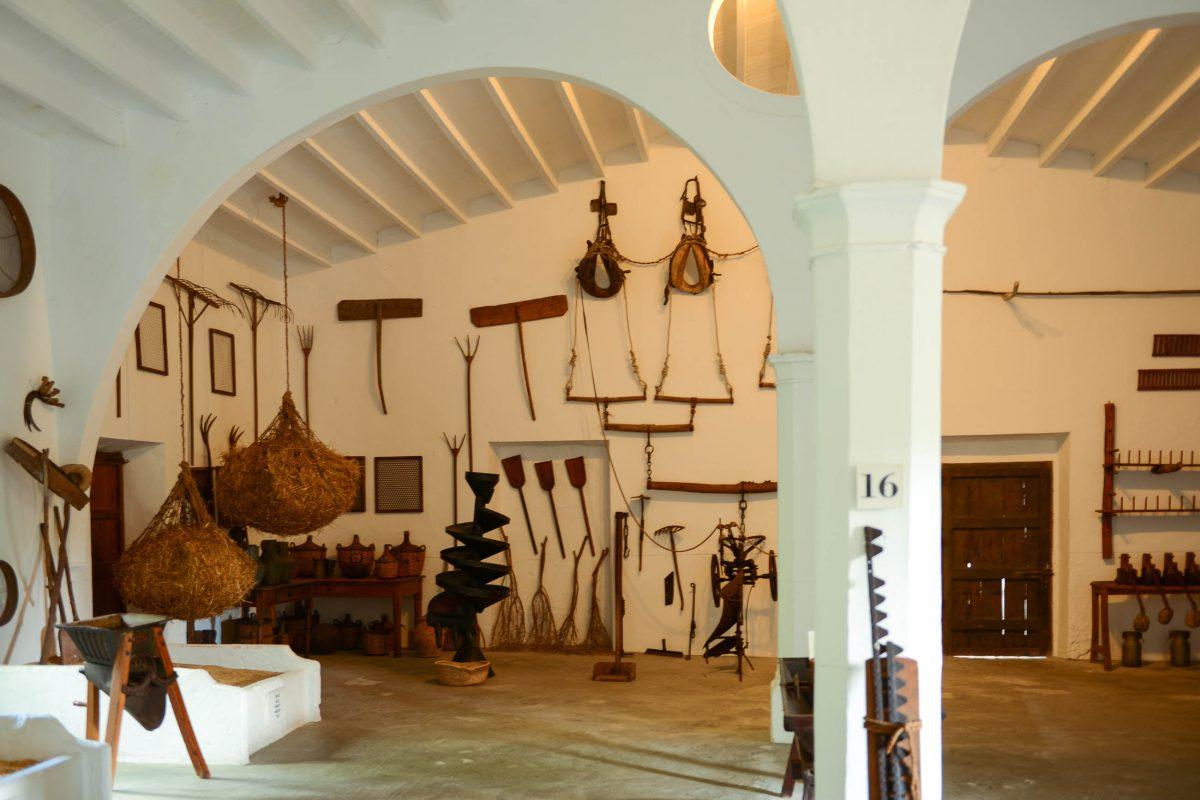 """Im Dachgeschoß des Freilichtmuseums """"Els Calderers"""" sind landwirtschaftliche Geräte ausgestellt, mit denen die Früchte Mallorcas damals schon verarbeitet wurden, Spanien - © James Camel / franks-travelbox"""