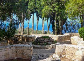 Im idyllischen Garten des Monestir de Miramar hat Ramón Llull zwischen hohen Zypressen T-Figuren aus Stein angelegt - © Lila Pharao / franks-travelbox