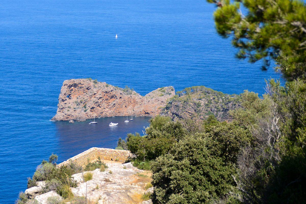 In der Bucht der Halbinsel Sa Foradada mit dem Lochfelsen sieht man vom Monastir de Miramar kleine Schiffe, Mallorca, Spanien - © James Camel / franks-travelbox
