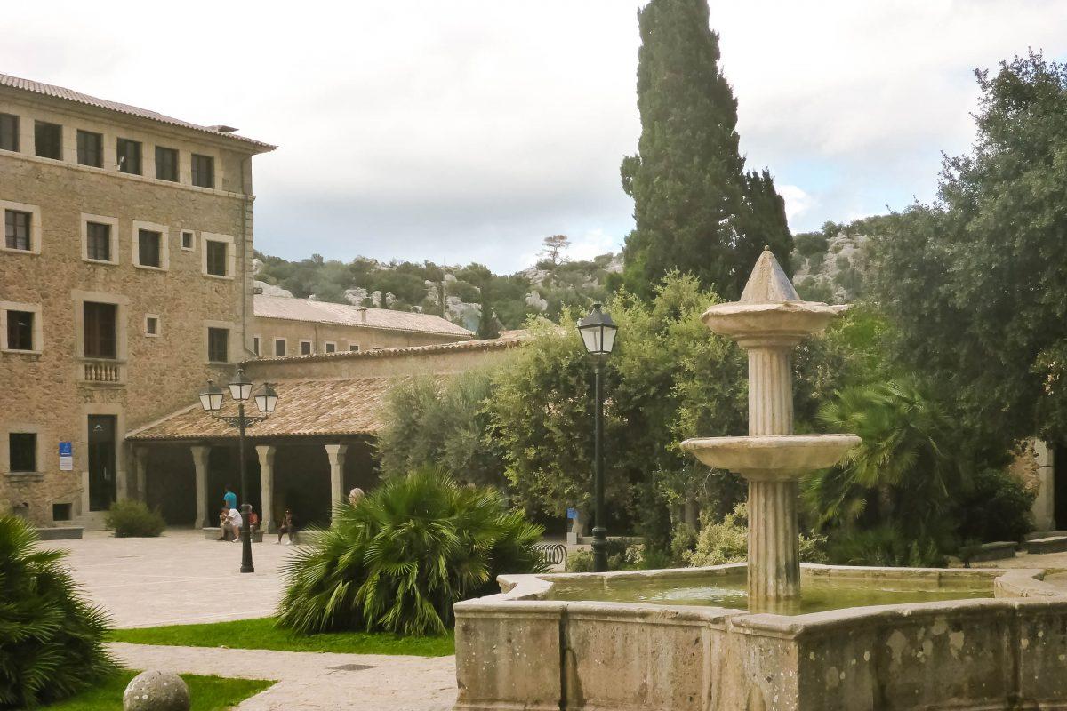 Innenhof des Santuari de Lluc mitten in der reizvollen Umgebung der Serra de Tramuntana im Nordwesten Mallorcas, Spanien - © Lila Pharao / franks-travelbox