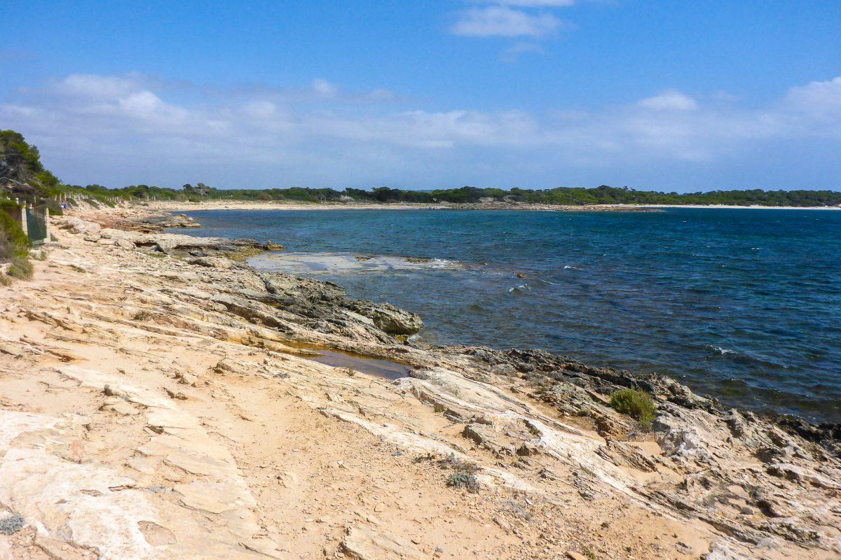 Lässt man Colònia de Sant Jordi hinter sich und spaziert an der Küste entlang, gelangt man zu den traumhaften, naturbelassenen Sandstränden im Süden Mallorcas, Spanien - © Lila Pharao / franks-travelbox