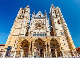 Die christliche Geschichte der Kathedrale von León in Spanien kann fast 2.000 Jahre zurück verfolgt werden - © DavidAcostaAllely/Shutterstock