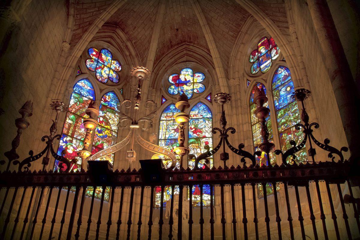 """Die riesigen Glasfenster der Kathedrale von León in Spanien brachten dem Gotteshaus den Spitznamen """"Haus des Lichts"""" ein - © Marques / Shutterstock"""