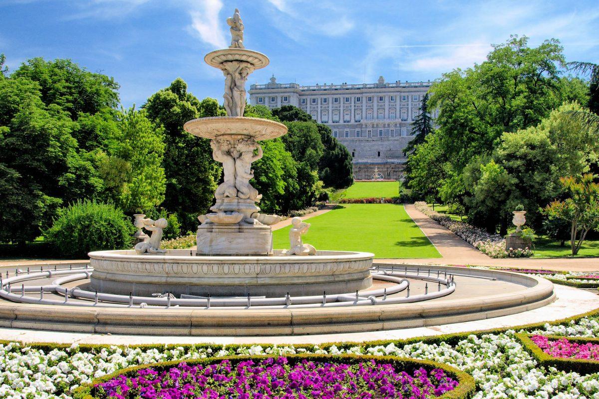 Den Besuch des Palacio Real in Madrid, Spanien kann man mit einem Spaziergang durch die wunderschöne, weitläufige Gartenanlage noch sehr gut ausklingen lassen - © aguilarphoto / Shutterstock