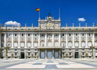 Der Palacio Real im Zentrum Madrids wurde im 18. Jahrhundert als Wohnsitz für die königliche Familie errichtet, Spanien - © Matej Kastelic / Shutterstock