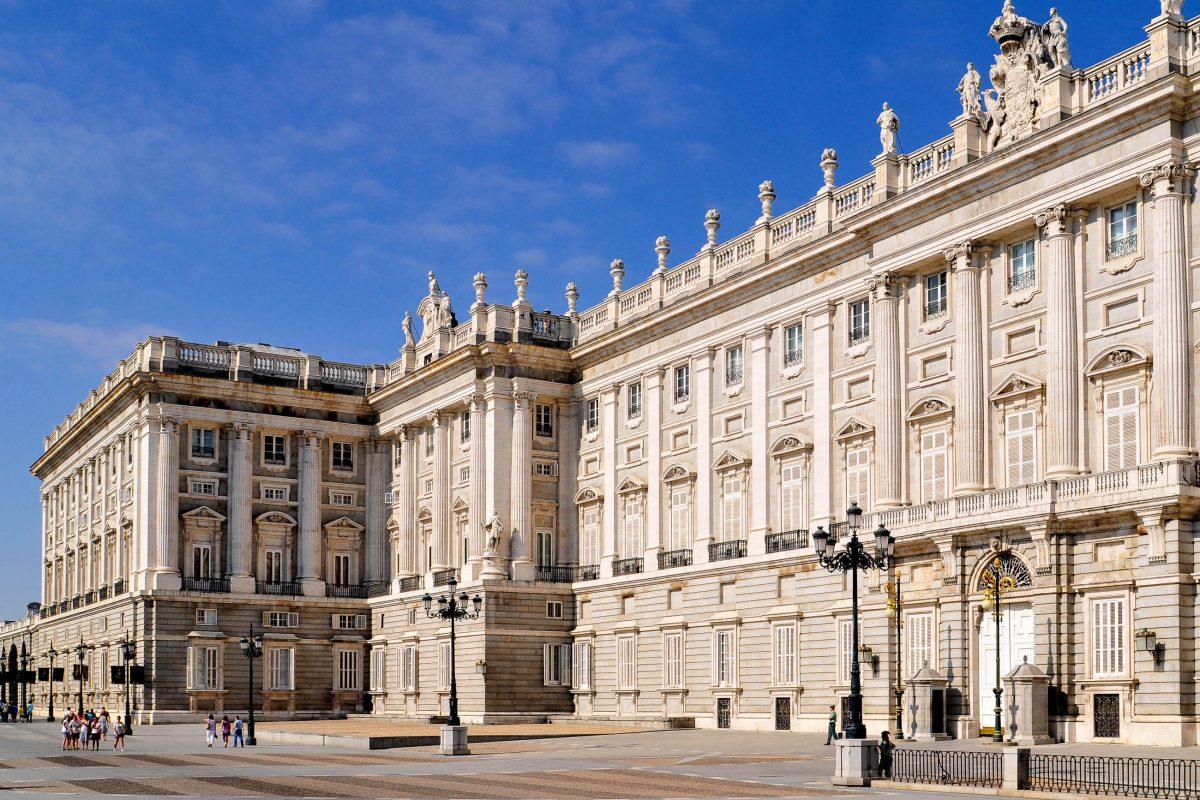 Die Außenmauern des Palacio Real in Madrid, Spanien, sind aus Granit und Kalkstein errichtet und in strahlendem Weiß gehalten - © Ungor / Shutterstock
