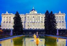 In seinem Inneren birgt der Palacio Real über 3.000 Räume und Säle, von denen allerdings nur ein kleiner Teil besichtigt werden kann, Madrid, Spanien - © Renata Sedmakova / Shutterstock