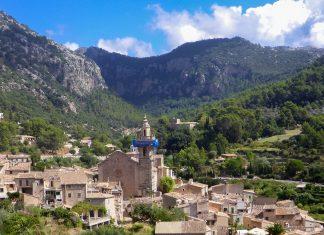 Das charmante Bergdorf Valldemossa in der Serra de Tramuntana ist eines der beliebtesten Touristenziele auf Mallorca, Spanien - © Lila Pharao / franks-travelbox