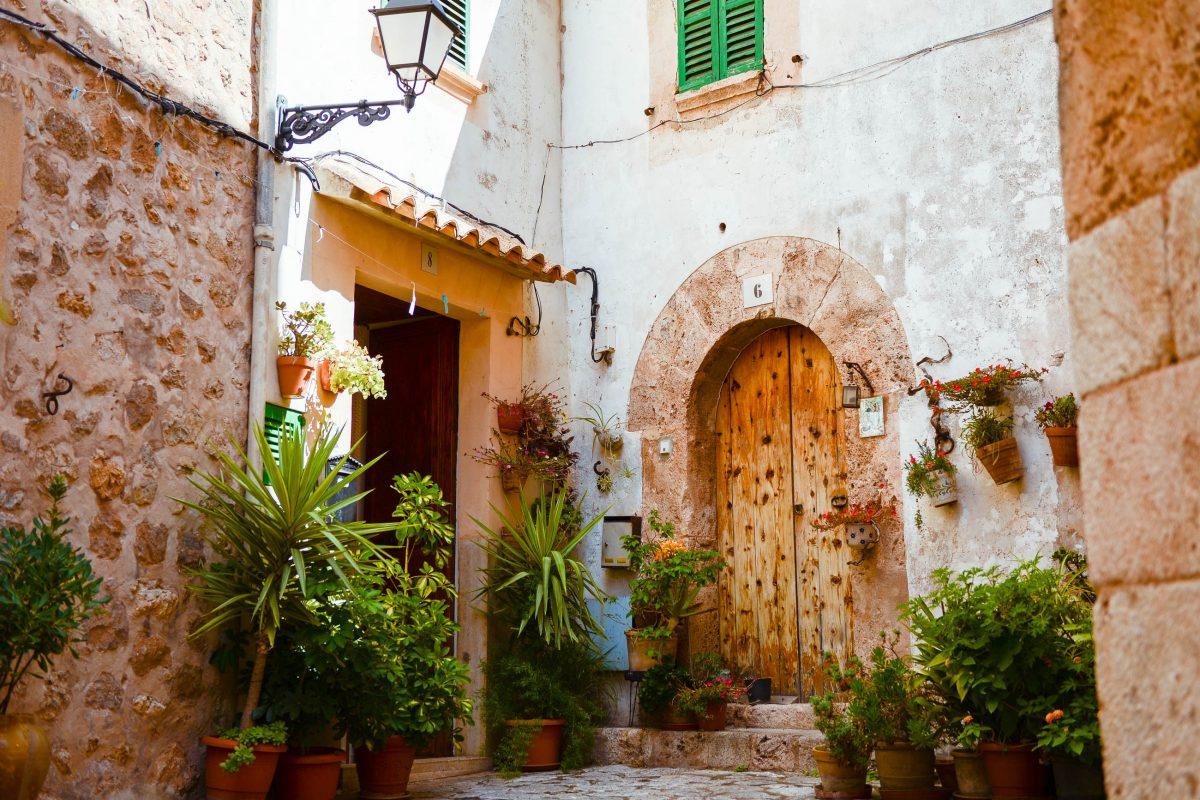 In Valldemossa erstreckt sich ein dichtes Netz aus verwinkelten Gassen und romantischen Innenhöfen, in die der Lärm der Touristen nicht vordringt, Mallorca, Spanien - © James Camel / franks-travelbox