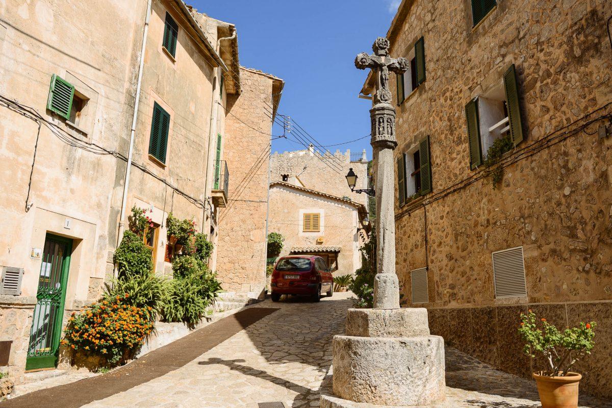 Wer die zauberhaften engen Gässchen von Valldemossa in Ruhe erkunden möchte, sollte seinen Besuch auf einen Sonntag legen, Mallorca, Spanien - © James Camel / franks-travelbox