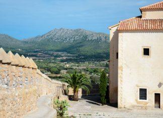 Noch heute wird der Festungshügel von Artà von einer Mauer umschlossen, Mallorca, Spanien - © James Camel / franks-travelbox