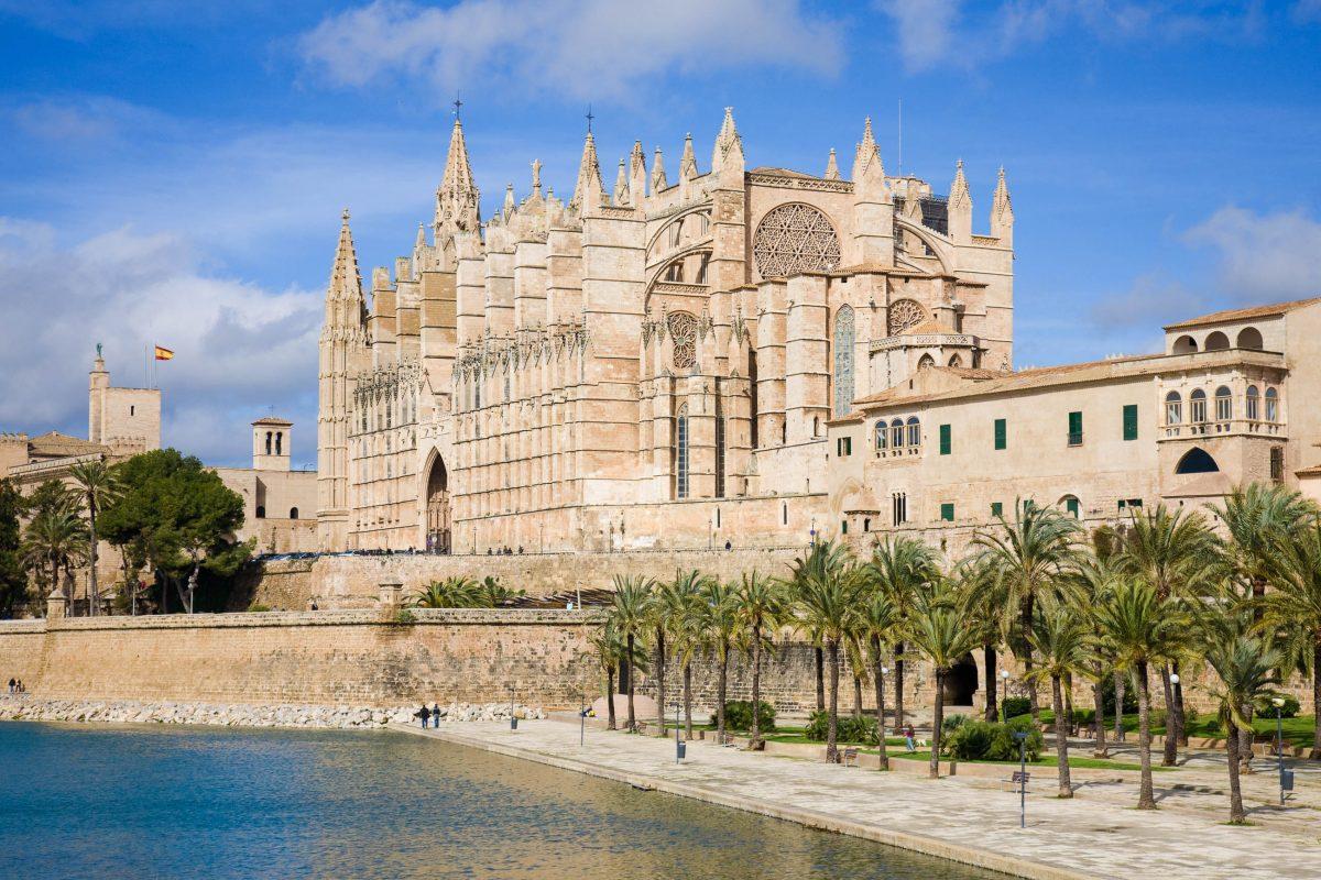 """Blick auf die imposante Kathedrale La Seu (katalanisch für """"Bischofssitz"""") in Palma, der Hauptstadt der spanischen Mittelmeerinsel Mallorca, Spanien - © Tamara Kulikova / Shutterstock"""