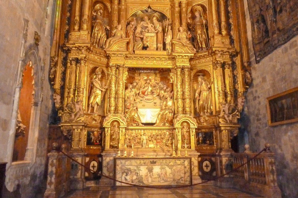 Das Altarbild der Seitenkapelle Corpus Christi aus dem 17. Jahrhundert in der Kathedrale von Palma de Mallorca, Spanien, wird als herausragendes Werk des Barock bezeichnet - © Lila Pharao / franks-travelbox