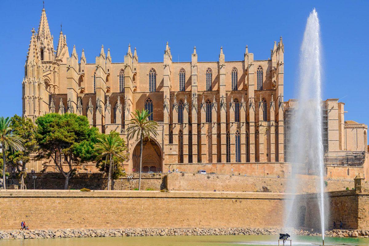 Der König von Spanien ließ die Kathedrale von Palma de Mallorca zum Dank für seinen Sieg über die Mauren bezeichnenderweise auf den Fundamenten einer Moschee errichten - © James Camel / franks-travelbox