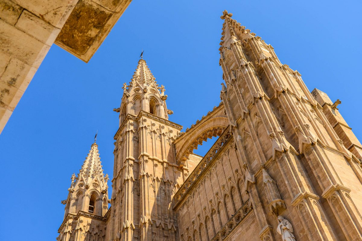 Gaudi nannte die eindrucksvolle Kathedrale La Seu den größten und vollkommensten Erfolg in Harmonie, Konstruktion und Mechanik des gotischen Stils, Spanien - © James Camel / franks-travelbox