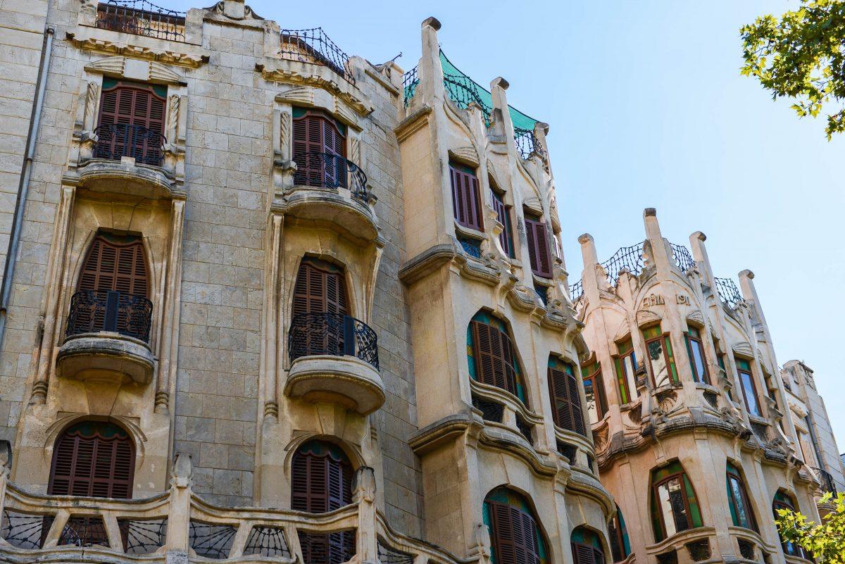 Die außergewöhnlich geformten Modernisme-Fassaden der Edifici Casasayas in der Unterstadt von Palma de Mallorca fallen sofort ins Auge, Spanien - © James Camel / franks-travelbox