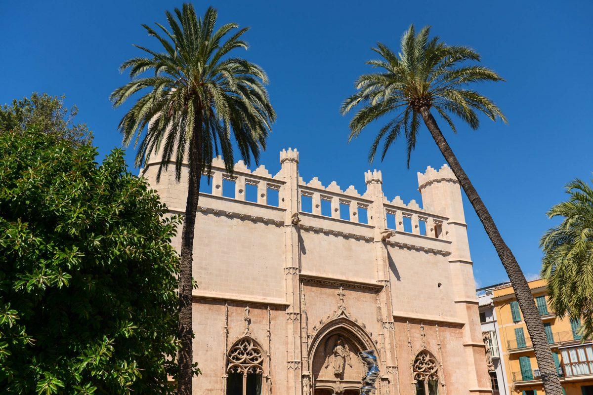 Die Llotja (Börse) von Palma de Mallorca erinnert stark an die prächtige Catedral La Seu, Spanien - © James Camel / franks-travelbox