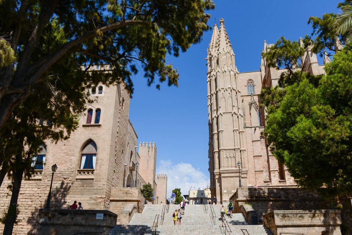 Die malerische Altstadt von Palma de Mallorca ist eine vereinnahmende Mischung aus spanisch-katalanischer und arabischer Architektur, Spanien - © James Camel / franks-travelbox
