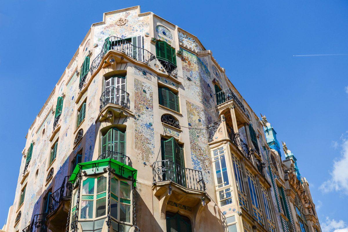 Die prachtvoll geschmückten Fassaden von L'Aguila und Can Rei in Palma de Mallorca stammen aus dem Jahr 1909, Spanien - © James Camel / franks-travelbox