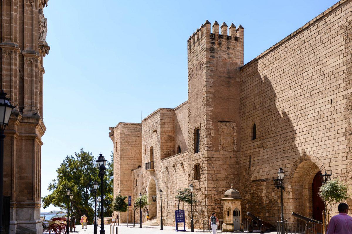 Gleich neben der Kathedrale von Palma liegt der wuchtige Palau de l'Almudaina, in dem der König von Spanien residierte, wenn er auf Mallorca weilt, Spanien - © James Camel / franks-travelbox