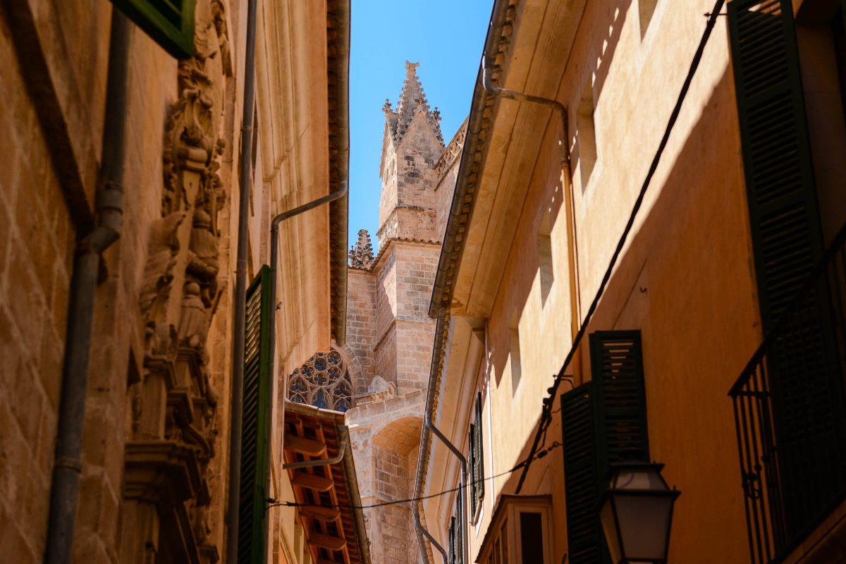In den verwinkelten Gassen von Palma sind die mächtigen Türme der Catedral La Seu nur hin und da auszumachen, Mallorca, Spanien - © James Camel / franks-travelbox