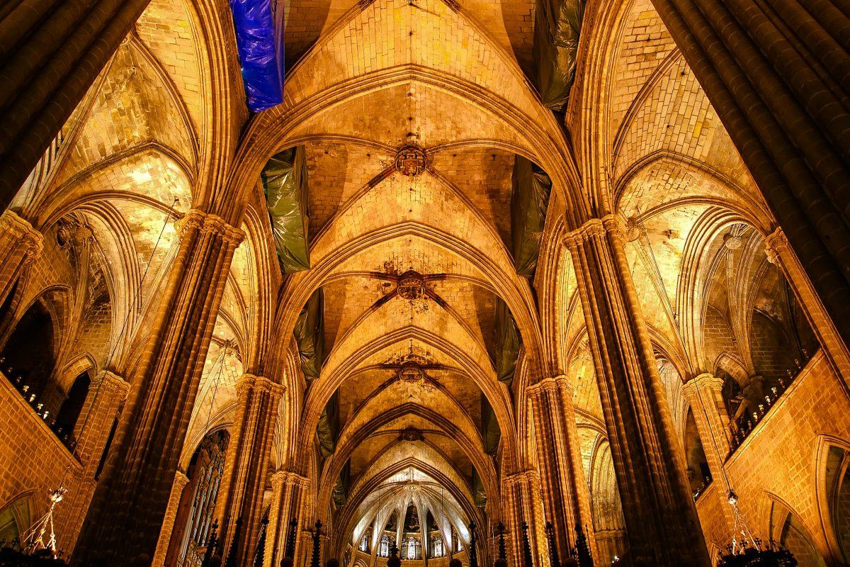 Innenansicht des Mittelschiffs in der Kathedrale La Seu, Palma de Mallorca, Spanien - © VLADJ55 / Shutterstock