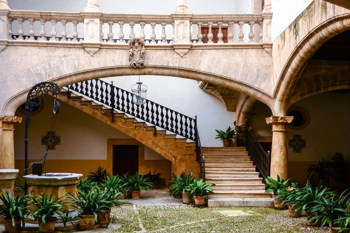 Über 150 charmante Innenhöfe gibt es in der Altstadt von Palma de Mallorca zu entdecken, Spanien - © James Camel / franks-travelbox