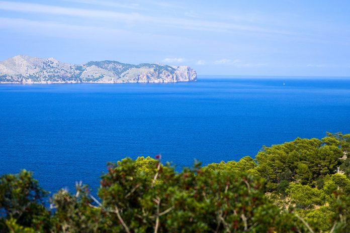 Panoramablick vom Cap de Formentor in Mallorca auf das Meer, Spanien - © James Camel / franks-travelbox