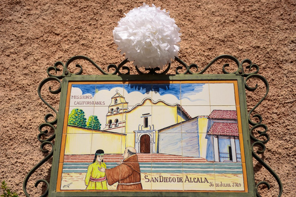In der Carrer Frey Junipero in Petra stellen bunte Kachelbilder die zahlreichen Missionsstationen des San Francisco-Gründers dar, Mallorca, Spanien - © James Camel / franks-travelbox