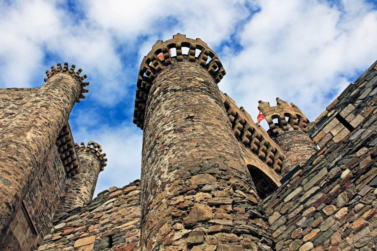 Die 12 mächtigen Türme des Castillo de Ponferrada bilden die Form der Sternbilder nach, Spanien - © JoseAngelAstorRocha/Shutterstock