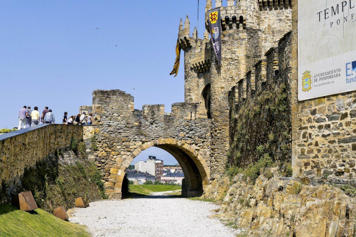 Von 1178 bis 1198 und von 1211 bis 1307 war das Castillo de Ponferrada im Besitz des Templerordens und ist heute noch als Templerburg bekannt, Spanien - © emei / Shutterstock