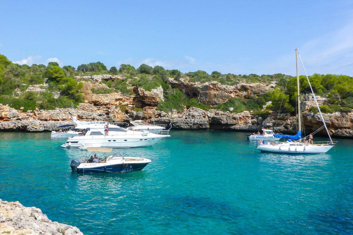 Die malerische Bucht Cala Sa Nau nahe Porto Colom wird von schnittigen Booten bevölkert, Mallorca, Spanien - © Lila Pharao / franks-travelbox