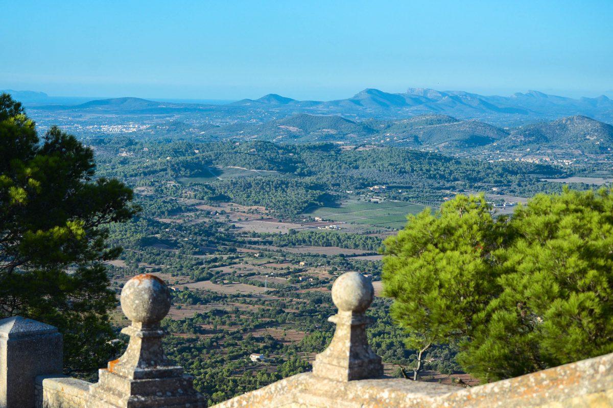 Prachtvoller Ausblick vom Kloster Sant Salvador über die grünen Hügel Mallorcas, Spanien - © James Camel / franks-travelbox