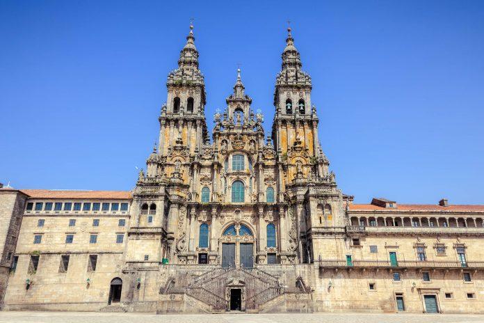Die Kathedrale von Santiago de Compostela ist das Ziel tausender Pilger, die sich jährlich auf den weltberühmten Jakobsweg begeben, Spanien - © Jose Ignacio Soto / Shutterstock