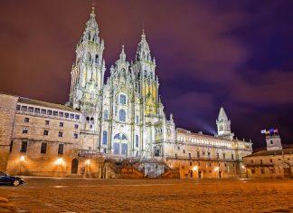 Die prachtvolle Kathedrale von Santiago de Compostela markiert für viele Pilger das Ende einer langen Reise - des Jakobswegs, Spanien - © FCG / Shutterstock