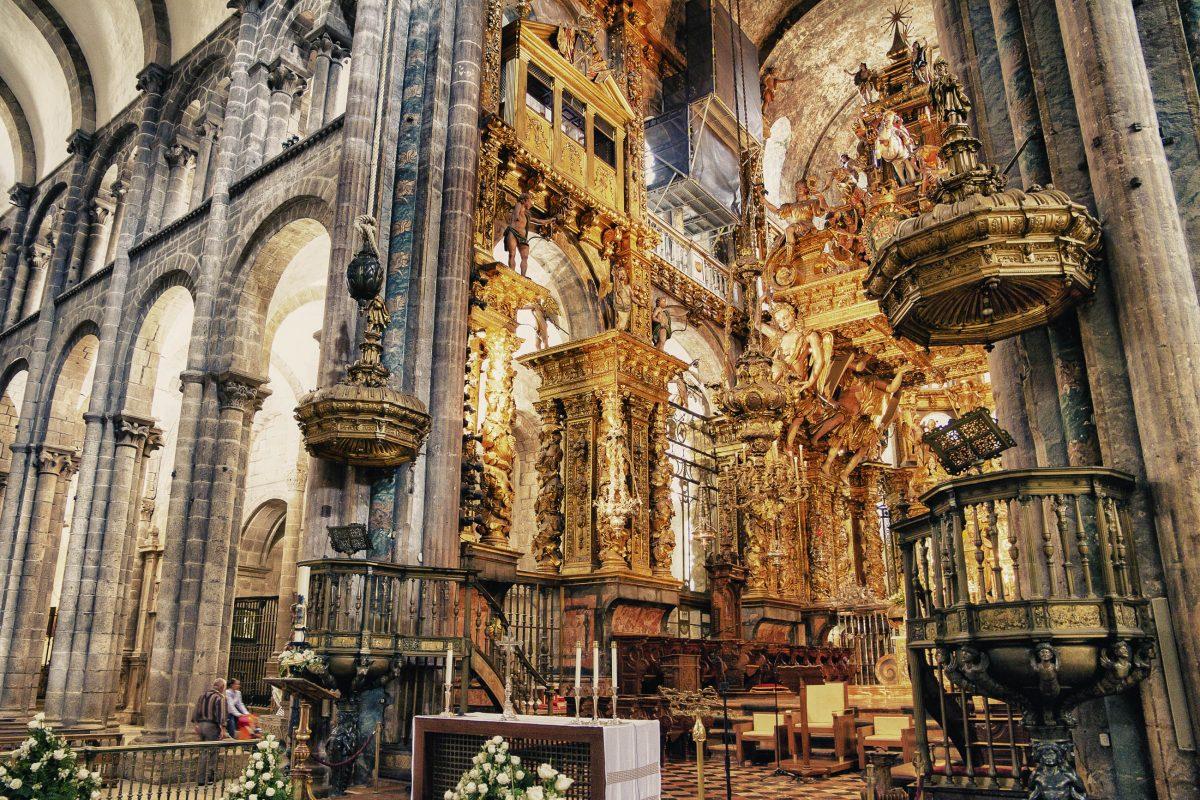 Durch die verschiedenen kulturellen Strömungen wurde die Kathedrale Santiago de Compostela mit einer Vielzahl von Schätzen bereichert, Spanien - © FCG / Shutterstock