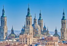 Der Legende nach soll Johannes der Ältere am heutigen Ort der Basilika del Pilar in Saragossa, Spanien, nach einer Marienerscheinung eine Kapelle errichtet haben - © Anibal Trejo / Shutterstock