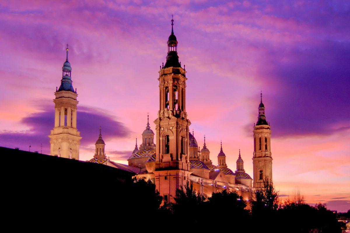 Die Basilika de Nuestra Senora del Pilar in Saragossa, Spanien, vor einem spektakulären Abendhimmel - © MarkSvH / Shutterstock