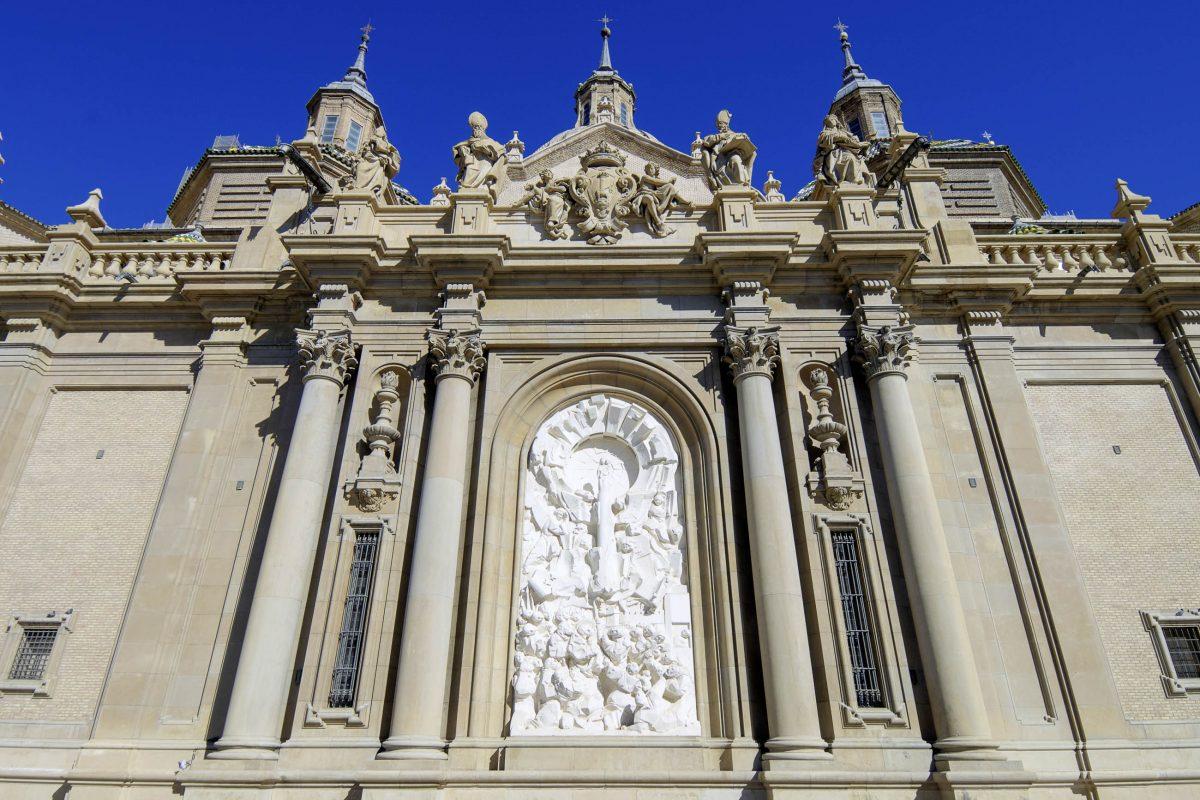 Die etwa 40cm hohe Marienfigur, die die Jungfrau Maria Johannes 40 n.Chr. überreicht haben soll, wird in der Basilika del Pilar in einem prunkvollen Schrein aufbewahrt, Saragossa, Spanien - © pedrosala / Shutterstock