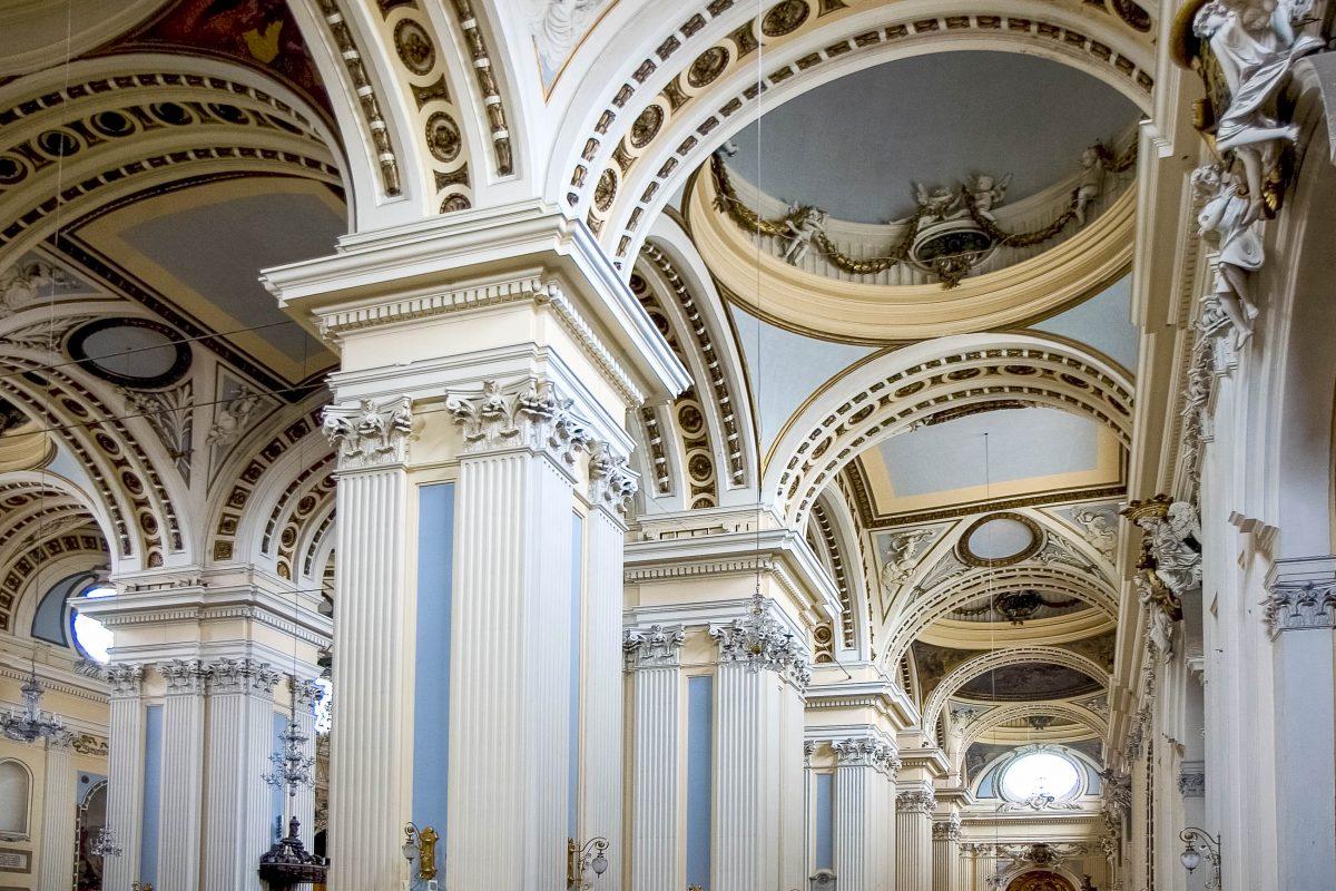 Innenansicht der unter Denkmalschutz stehenden Basilika de Nuestra Señora del Pilar in der Stadt Saragossa, Spanien - © Lagui / Shutterstock