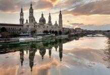 Neben dem Fluss Ebro ragen in Saragossa die spitzen Türme der Basilika del Pilar in den Himmel, Spanien - © Javier Rosano / Shutterstock