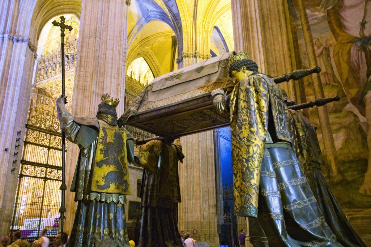 Der von vier Herolden gestützte Sarg des berühmten Seefahrers Christoph Kolumbus befindet sich in der Kathedrale Santa Maria de la Sede in Sevilla, Spanien - © spirit of america / Shutterstock