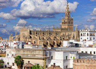 Die insgesamt fünf Schiffe der Kathedrale Santa Maria de la Sede werden von der berühmten Giralda, einem an die 100 Meter hohen Glockenturm, überragt, Sevilla, Spanien - © SergiyN / Shutterstock