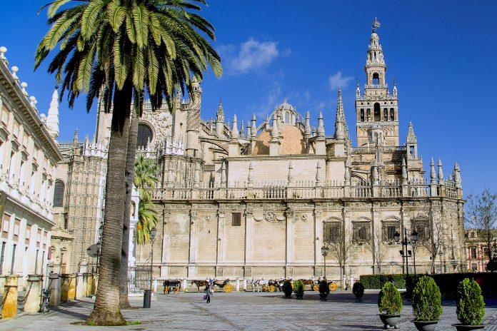 Die Kathedrale Santa Maria de la Sede im Zentrum von Sevilla ist ein beeindruckendes Gotteshaus und die größte gotische Kirche der Welt, Andalusien, Spanien - © asfloro / Fotolia