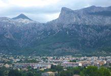 """Sóller schmiegt sich umringt von vier Tausender-Gipfel in das vegetationsreiche """"Tal des Goldes"""", Mallorca, Spanien - © Lila Pharao / franks-travelbox"""