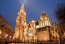 Durch mehr als 750 Bleiglasfenster aus dem 15. und 16. Jahrhundert strahlt das Licht der Sonne in die Kathedrale von Toledo, Spanien - © Renata Sedmakova / Shutterstock